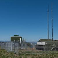 Camp militaire derrière une clôture.