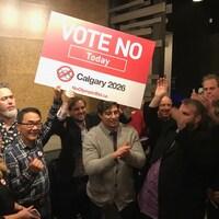 Vue sur un groupe de personne qui brandisse une affiche sur laquelle il est écrit: vote non aujourd'hui.
