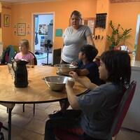Des enfants assis autour d'une table