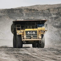 Un camion transporte une charge sur un site de sables bitumineux près de Fort McMurray, en Alberta, le mercredi 9 juillet 2008.