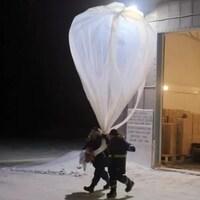 Une équipe lance un ballon météorologique.