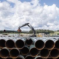 La conduite du pipeline Trans Mountain est déchargée à Edson, en Alberta le mardi 18 juin 2019.