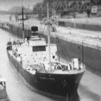 Un navire traverse les écluses du canal de Panama.