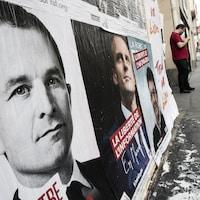 Côte à côte, des affiches de Benoît Hamon, Emmanuel Macron et Jean-Luc Mélenchon, trois candidats de gauche à l'élection présidentielle française du 23 avril 2017.