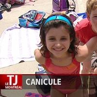 Deux enfants à la piscine qui sourient.