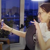 Une femme prend un selfie.