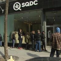Des clients devant une succursale de la SQDC à Montréal