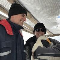 Daniel et Maryse Bonin dans leur entreprise de Stukely-Sud. Maryse tient une cane dans ses bras.