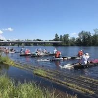 des canots sur l'eau