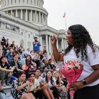 Une élue de la Chambre des représentants avec ses partisans sur les marches du Capitole.