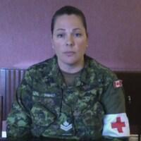 Capture d'écran de la femme en uniforme de soldat avec la croix rouge au bras gauche, lors d'une entrevue Facetime.