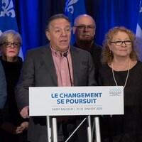 Francois Legault et ses ministres s'adressent aux médias.