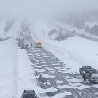 La situation sur l'autoroute 20 en direction est à la hauteur de Val-Alain peu avant 12 h. Des dizaines de véhicules sont complètement sortis de la route.