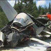 Un hélicoptère abîmé en forêt.