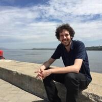 Carl Mayotte est assis sur le bord du fleuve