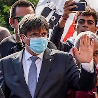 Carles Puigdemont salue de la main.