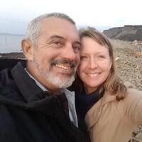 Un couple en selfie sur le bord de la plage.