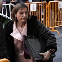 La présidente indépendantiste du Parlement catalan, Carme Forcadell, avec des dossiers en main