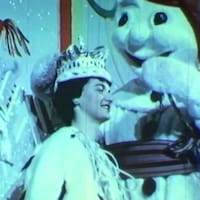 Bonhomme Carnaval pose une couronne sur la tête d'Estelle Côté.