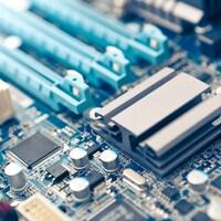 Un gros plan sur les composantes électroniques d'une carte mère d'un ordinateur.