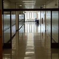 Des casiers dans un couloir vide.