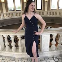 Cassandra Breckenridge en robe chic.