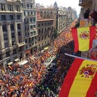 Des milliers d'opposants à l'indépendance de la Catalogne se sont réunis dimanche à Barcelone.