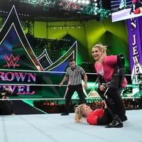 Natalie Neidhart et Lacey Evans sur un ring.