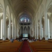 Intérieur de la cathédrale avec une cinquantaine de personnes assises