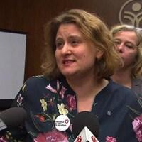 Catherine Harel Bourdon, avec d'autres personnes, lors d'un point de presse.