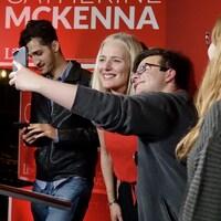 Catherine McKenna prend un autoportrait avec un jeune homme.