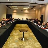 Les 32 députés du Bloc québécois sont assis à des tables lors du caucus du parti