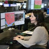 Une préposée au 911 travaille à l'ordinateur.