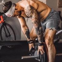 Un athlète de CrossFit s'apprête à soulever une barre avec des poids.
