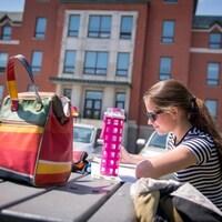 Une étudiante du Cégep de Sherbrooke qui étudie devant l'établissement.