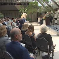 Vue de l'assistance à la cérémonie pour célébrer la vie de Joe Fafard, dimanche au Musée des beaux-arts MacKenzie.