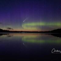 Celestial Dance: une aurore boréale et une comète.