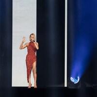 Céline Dion est vêtue d'une robe rouge à paillettes.