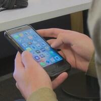 Les fournisseurs de services de téléphonie vont parfois exiger des frais allant jusqu'à 100 $ pour déverrouiller un téléphone