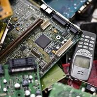 Un bric-à-brac de pièces et d'appareils électroniques usés.