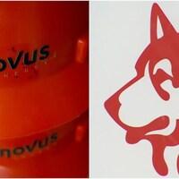Un casque de chantier porte le nom de Cenovus d'un côté et de l'autre, il s'agit du logo de l'entreprise Husky.