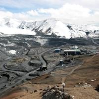 La mine de Koumtor est entourée de montagnes enneigées.