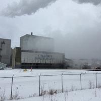 De la fumée s'échappe d'une centrale électrique.