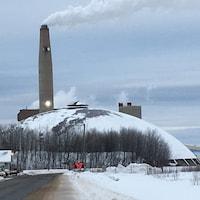 La centrale thermique et ses cheminées en hiver.