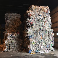 Des ballots de plastique au centre de tri à Saguenay