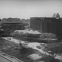 Bâtiment du complexe du Centre national des Arts (CNA) sur les rives du canal Rideau, à Ottawa.