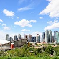 Le centre-ville de Calgary vu au loin.