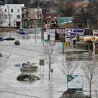 Le centre-ville de Beauceville et plusieurs commerces inondés par l'eau de la rivière Chaudière.