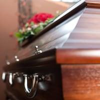 Gros plan sur un cercueil.