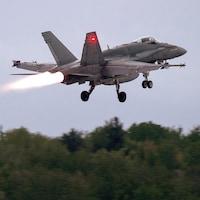 Un CF-18 qui vient de décoller.